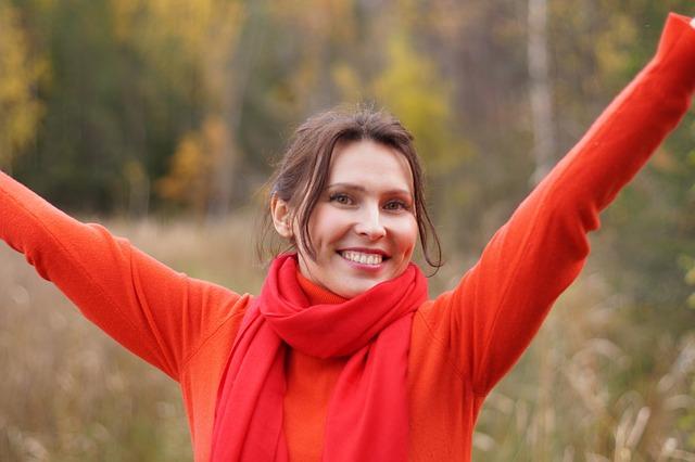veselá žena s bílými zub