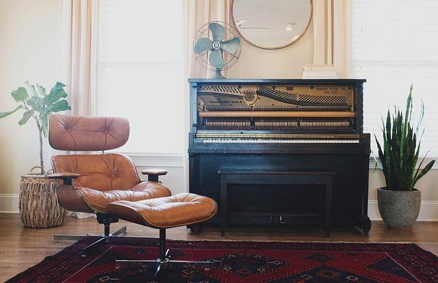 starý klavír v interiéru