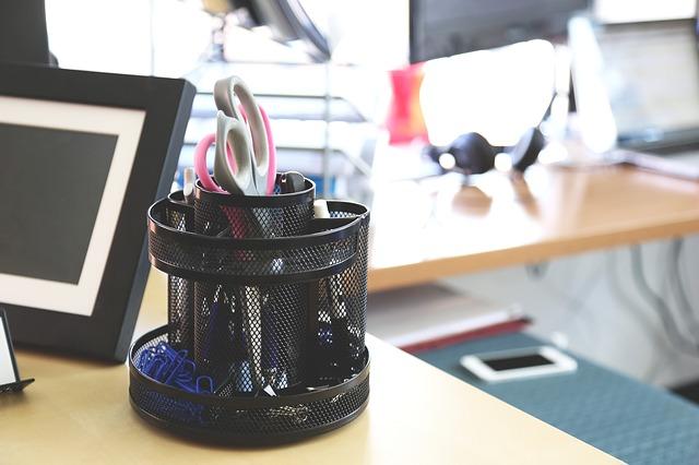 kancelářský stůl a potřeby