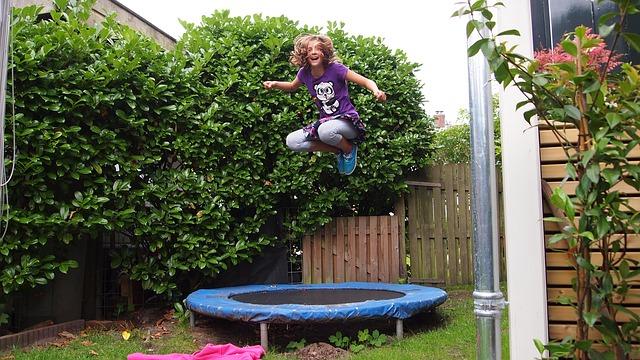 trmapolína, děvče, zahrada, skok