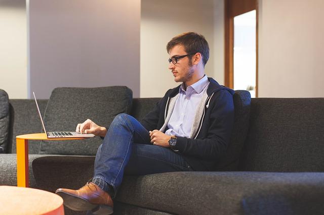 práce na laptopu na gauči