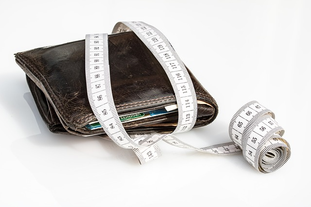 peněženka a svinovací metr.jpg