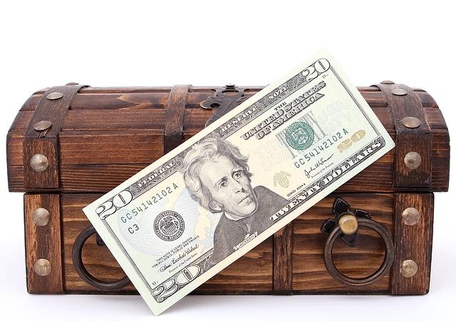 bankovka před truhlou
