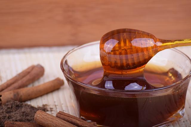 skořice a miska medu