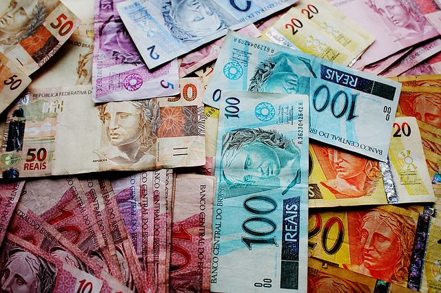 barevné brazilské bankovky