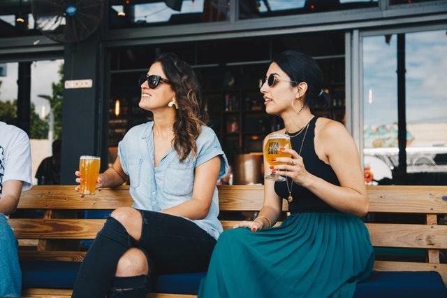 Ženy pijící pivo