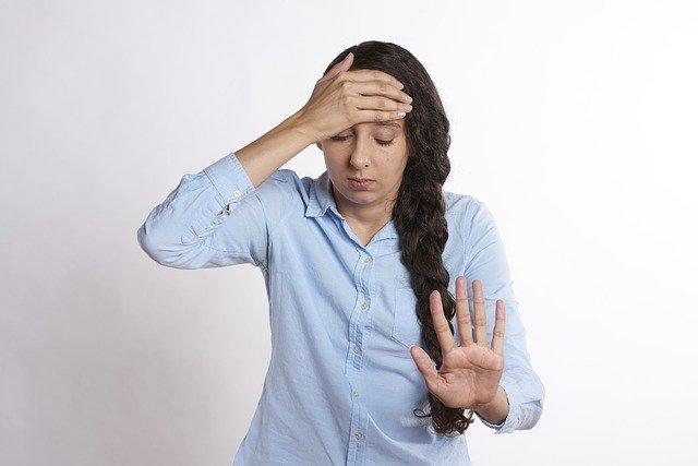 přetížená dívka vlivem stresu