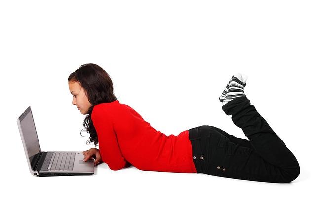 Dívka komunikuje internetem