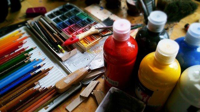 různé druhy malířských potřeb