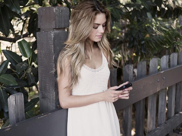 dívka s mobilem