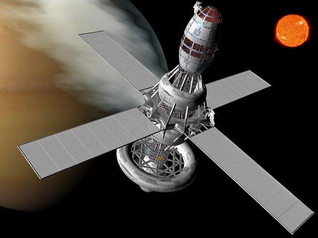satelit se Sluncem v pozadí