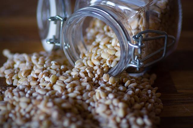 Špaldová zrna sypoucí se ze sklenice