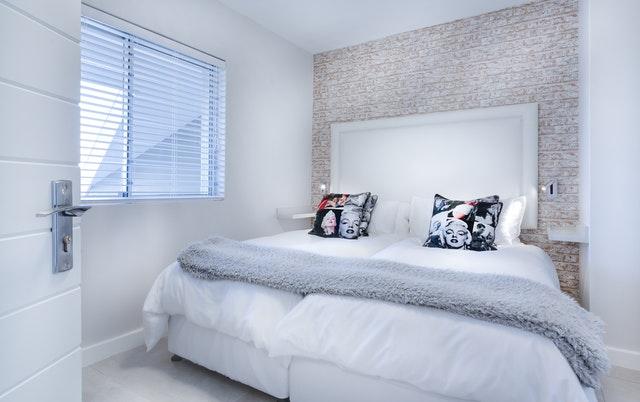 malá bílá ložnice