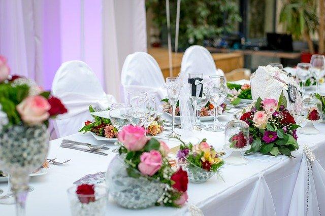 připravený stůl na hostinu